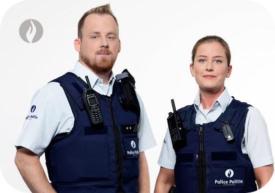 Foto van twee politiemensen om de politieschool te vertegenwoordigen. Deze foto is genomen om de beroepen binnen de politie binnen brusafe aan te tonen.