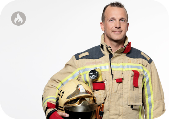 Foto van een DBDMH brandweerman die de brandschool vertegenwoordigt. Deze foto is genomen om het beroep van brandweerman binnen brusafe aan te tonen.
