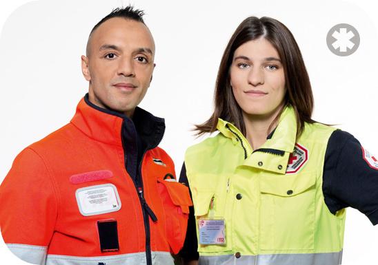 Foto van twee hulpverlener-ambulanciers (een van de DBDMH en de andere van het Rode Kruis) die de IODMH vertegenwoordigen. Deze foto is genomen ter illustratie van het beroep hulpverlener-ambulancier bij brusafe aan te tonen.